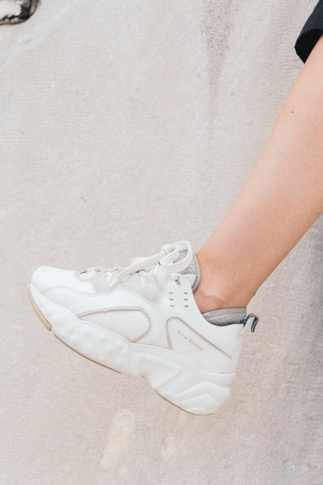 membersihkan sepatu
